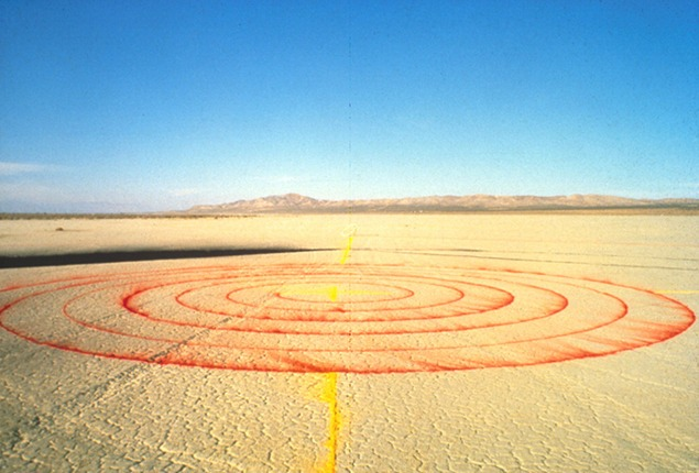 Lita Albuquerque, Spine of the Earth, 1980. The original ephemeral installation at El Mirage Dry Lake Bed in the Mojave Desert. Photo: Lita Albuquerque © Lita Albuquerque Studio, 1980