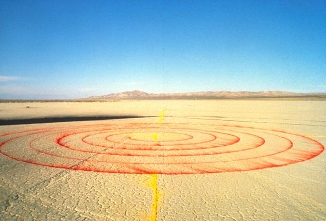 Lita Albuquerque, Spine of the Earth, 1980. The original ephemeral installation at El Mirage Dry Lake Bed in the Mojave Desert. Photo: Lita Albuquerque © Lita Albuquerque Studio, 1980